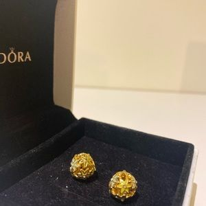 Pandora 🌼 daisy stud earrings